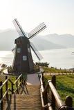 Moulin à vent en île de Geoje Photographie stock libre de droits