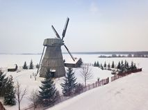 Moulin à vent en bois authentique à la saison d'hiver photographie stock libre de droits