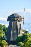 Moulin à vent en bois dans le domaine Photos libres de droits