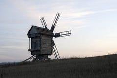 Moulin à vent en bois en soirée Images libres de droits