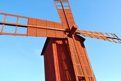 Moulin à vent en bois rouge photographie stock