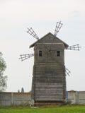 Moulin à vent en bois sur Sorochyn juste images stock