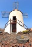 Moulin à vent en Jardin de Cactus, Lanzarote Photographie stock libre de droits