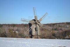 Moulin à vent entre le pré de ski et le bois Image libre de droits