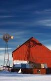 Moulin à vent et grange rouge Image libre de droits