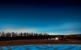 Moulin à vent et lampe-torche à l'arrière-plan du ciel nocturne Photographie stock
