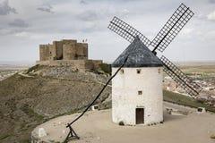 Moulin à vent et le château dans la ville de Consuegra, province de Toledo, Castille-La Mancha, Espagne photos libres de droits