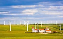 Moulin à vent et maison dans la prairie photos libres de droits