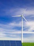 Moulin à vent et panneau solaire Photographie stock libre de droits