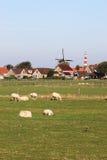 Moulin à vent et phare de Hollum Ameland, Hollande Photo stock