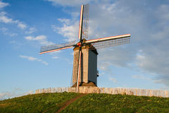 Moulin à vent fonctionnant intéressant dans des domaines de la Flandre. Photographie stock libre de droits
