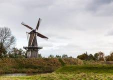 Moulin à vent historique sur le mur d'un vieux village Image libre de droits