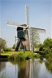 Moulin à vent hollandais près de fleuve Images stock