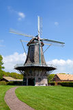 Moulin à vent hollandais près de village Appel Image stock