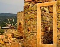 Moulin à vent jumeau de roche sur l'air Image libre de droits