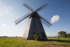 Moulin à vent lithuanien dans le village image stock