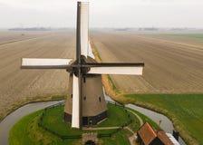 Moulin à vent néerlandais antique typique avec des champs d'en haut image libre de droits