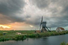 Moulin à vent néerlandais classique dans la campagne grande ouverte près de Leyde, Hollande image stock
