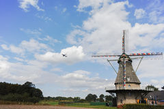 Moulin à vent néerlandais typique de farine près de Veldhoven, le Brabant-Septentrional Images stock