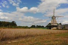 Moulin à vent néerlandais typique de farine près de Veldhoven, le Brabant-Septentrional Photo libre de droits