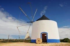 Moulin à vent portugais traditionnel près d'Odeceixe Aljezur, Portugal photo stock