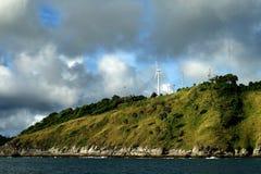 Moulin à vent pour l'énergie renouvelable sur l'île Photo libre de droits