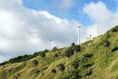Moulin à vent pour l'énergie renouvelable sur la colline Photo stock