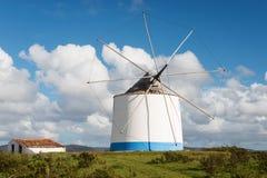 Moulin à vent près d'Odeceixe, Portugal photographie stock libre de droits