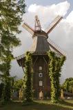 Moulin à vent près d'un fleuve Photos libres de droits