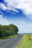 Moulin à vent près d'une route photographie stock