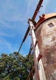 Moulin à vent rouge de dessous aux Açores Photo stock