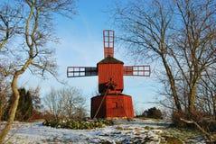 Moulin à vent rouge en stationnement de l'hiver Images libres de droits