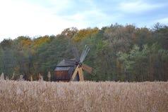 Moulin à vent roumain traditionnel image libre de droits