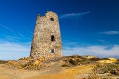 Moulin à vent ruiné sur la montagne de Parys Image stock