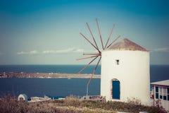 Moulin à vent sur l'île de Santorini, Grèce images stock