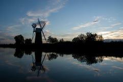 Moulin à vent sur la façon dont côte Photographie stock