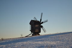 Moulin à vent sur le pré de ski à la soirée Image stock
