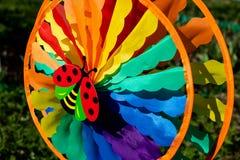 Moulin à vent tournant en vent sur le fond vert de nature élément de décoration dans le jardin Badine le windwill coloré Nature l images libres de droits