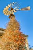 Moulin à vent traditionnel contre la région de Phaneromeni de ciel bleu, Nicosie, Chypre Photographie stock libre de droits