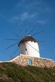 Moulin à vent traditionnel sur l'île de Mykonos image stock