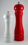 Moulin blanc de sel et moulin de poivron rouge image libre de droits