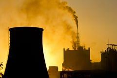 Moulin d'engrais polluant l'atmosphère avec de la fumée et le brouillard enfumé Photographie stock libre de droits