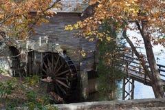 Moulin de blé à moudre avec la roue d'eau Image libre de droits