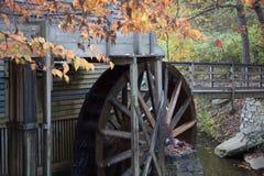 Moulin de blé à moudre avec la roue d'eau Image stock