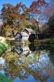 Moulin de Mabry reflété dans l'étang Image libre de droits