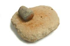 Moulin de main néolithique pour la poussière ocre rouge photographie stock