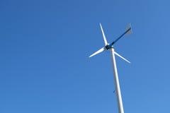Moulin de vent blanc en acier Photographie stock libre de droits
