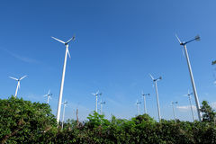 Moulin de vent blanc en acier dans la ferme de moulin de vent avec le fond de ciel Photographie stock