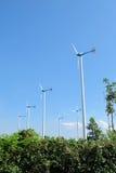 Moulin de vent blanc en acier dans la ferme de moulin de vent avec le fond de ciel Photos stock