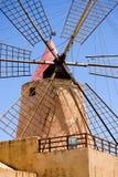 Moulin de vent contre le ciel bleu Images stock